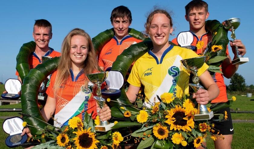 <p>De winnaars van het Hollands Kampioenschap. Met lauwerkransen, bekers en zonnebloemen.</p>