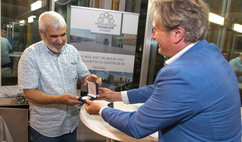 <p>Amed et Hilali kreeg de bronzen erepenning overhandigd door wethouder Michiel Bunnk.</p>