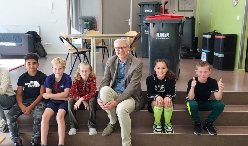 <p>Wethouder Peter Bekker van IJsselstein gaf op Kindcentrum WIJ het startsein voor de E-waste race.</p>