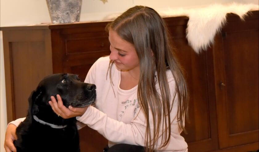 <p>&bull; Channah is dikke maatjes met Dillan,de hond van haar opa en oma, maar een hulphond kan haar echt helpen.&nbsp;</p>