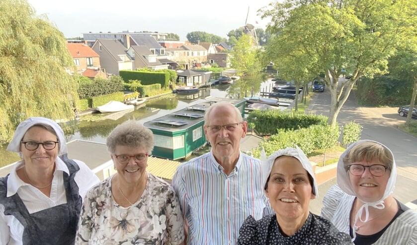 <p>Adrie en Bernhard met - in klederdracht - leden van de vereniging Oud Linschoten.</p>