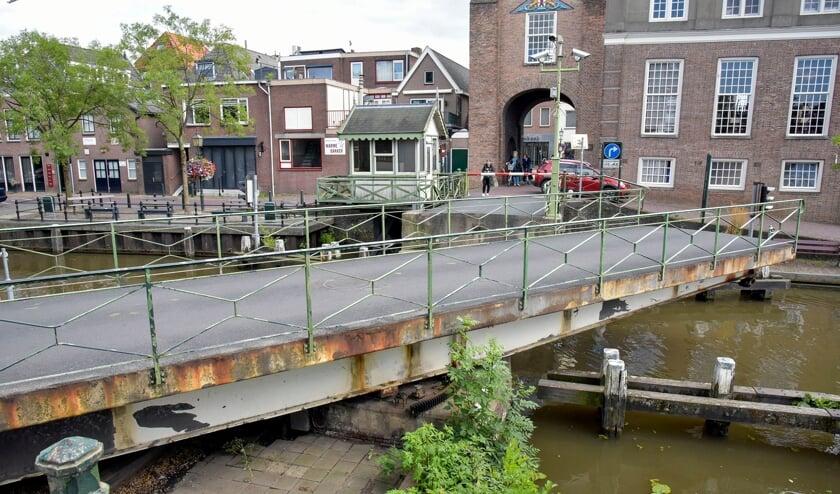 <p>De IJsselbrug over de Hollandsche IJssel met brugwachtershuisje wordt na het vaarseizoen van 2022 gerenoveerd, en dat is zo te zien hard nodig.</p>