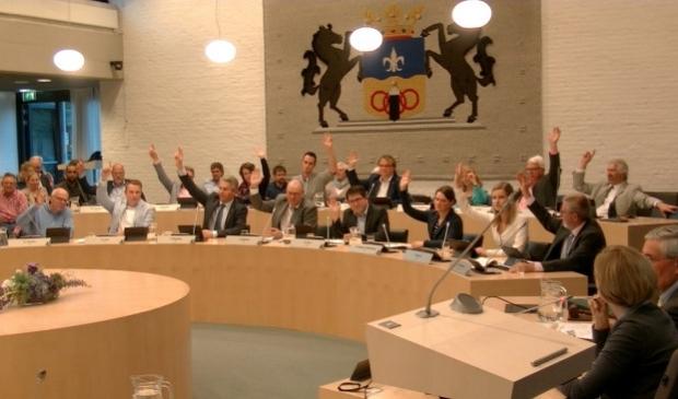 Ook GroenLinks (tweede rij in het midden) stemde uiteindelijk vóór.