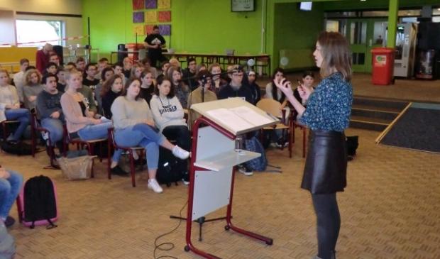 <p>Bente Becker tijdens een gastles bij het Almere College.</p>