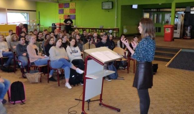 <p>Bente Becker geeft gastles bij het Almere College.</p>