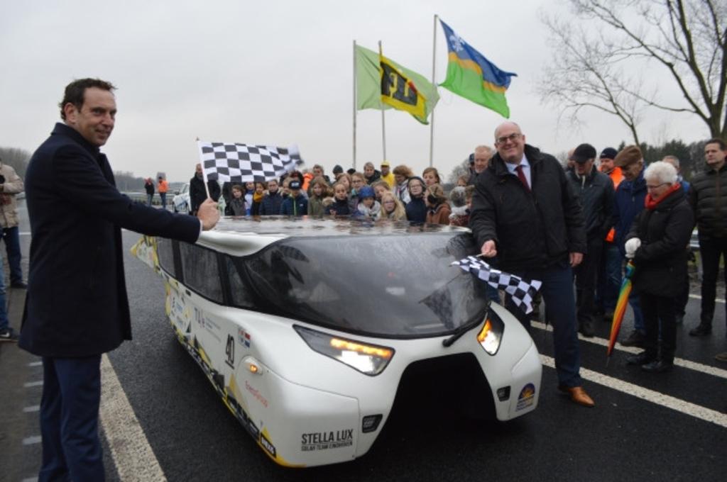 Gedeputeerde Jaap Lodders en wethouder Peter van Bergen bij de zonne-auto.  ©maartenheijenk.nl  © BrugMedia