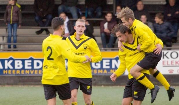 <p>Frank Jansen (r) bespringt doelpuntenmaker Allan Bakker</p>