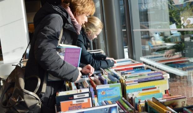 Boekenverkoop in bibliotheek Dronten.