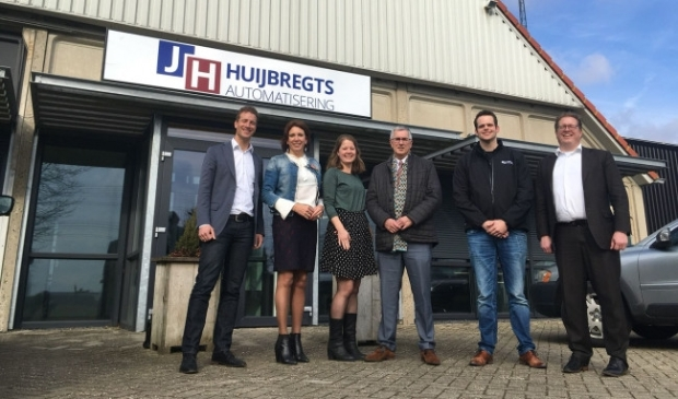 <p>Helma Lodders (tweede van links) bracht in 2018 een bezoek aan het bedrijf van Jacques Huijbregts (tweede van rechts).</p>