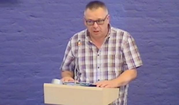 Jan Alberts spreekt de gemeenteraad toe.