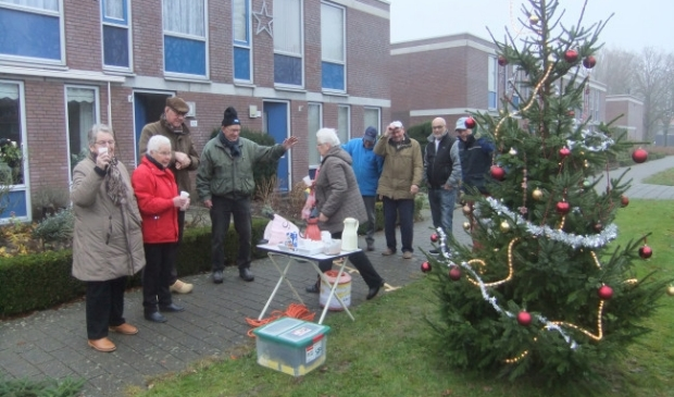 Bewoners van de Lange Streek bij hun kerstboom.