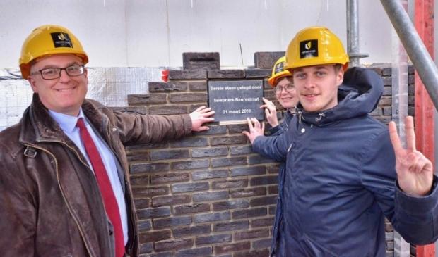 <p>Wethouder Peter van Bergen (links) bij een woningbouwproject.</p>