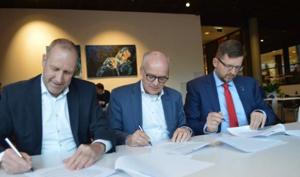 <p>Ewout Berkhof (Lomans), Dick Verhoeven (Bramer) en Roelof Siepel (gemeente) bij de start van het project.</p>