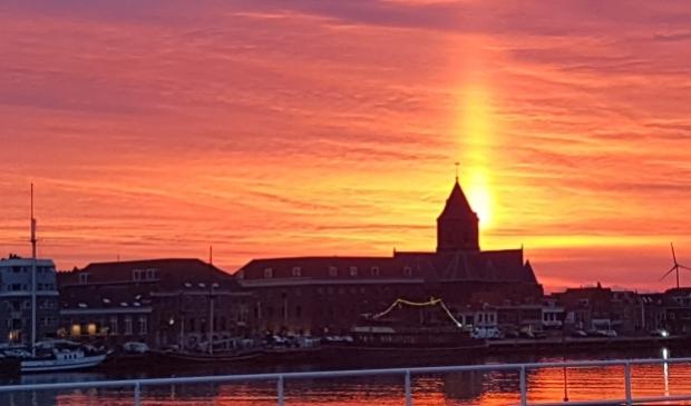 <p>De buitenkerk bij zonsondergang.</p>