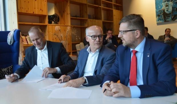 <p>Wethouder Siepel (rechts) met de aannemers van het gemeentehuis.</p>