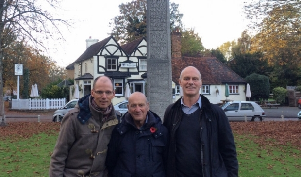 <p>Gert Talens bij zijn bezoek aan Engeland samen met Adrian en Simon Kitchen</p>