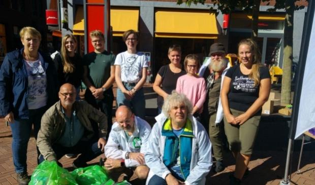 <p>Vrijwilligers van een vorige actie in Dronten tijdens wereldschoonmaakdag.</p>