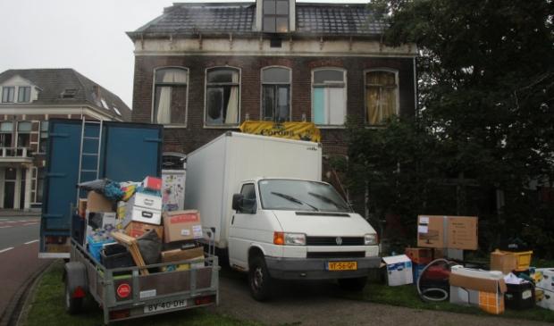 <p>Een deel van de inventaris van de villa is naar buiten gebracht</p>