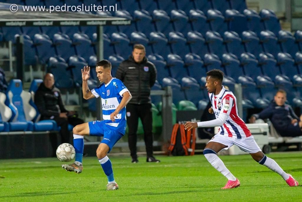 Onder het toeziend oog van John Stegeman neemt Eliano Reijnders de bal aan. Pedro Sluiter © brugmedia