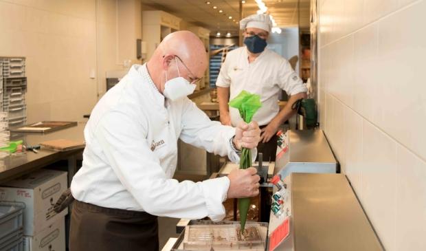 Burgemeester Koelewijn giet het eerste exemplaar van de Kamper reep.