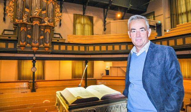 <p>Dominee Arjen van der Spek op de preekstoel in de Gereformeerde kerk van Zwartsluis. Hier staat hij ook vanavond.</p>