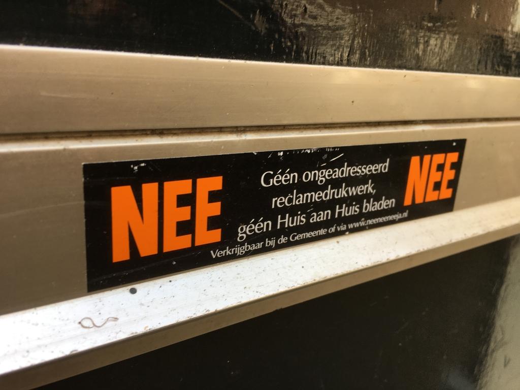 Nee-neesticker ©maartenheijenk.nl © BrugMedia