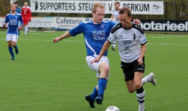 <p>Chris van der Meulen snelt een tegenstander voorbij.</p>