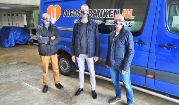 <p>Edwin Vrijenhoek, geflankeerd door bestuursleden van &#39;De Kostmand&#39;</p>