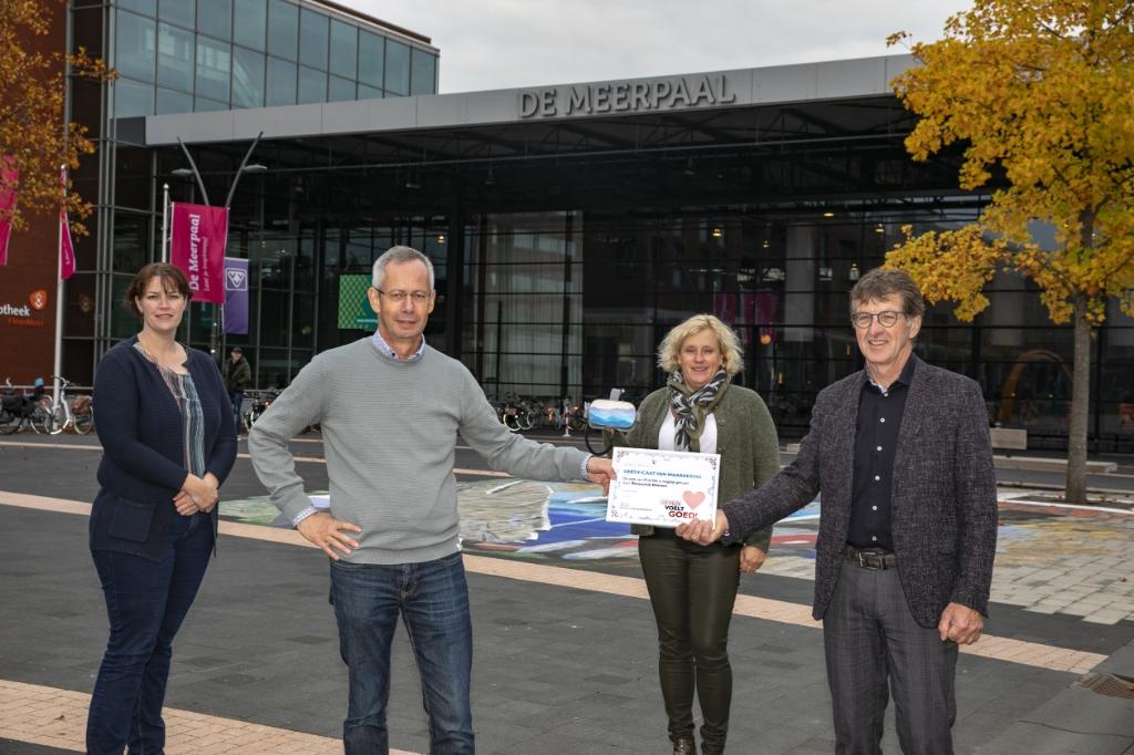 De overhandiging van de cheque door Rotaryclub Dronten.