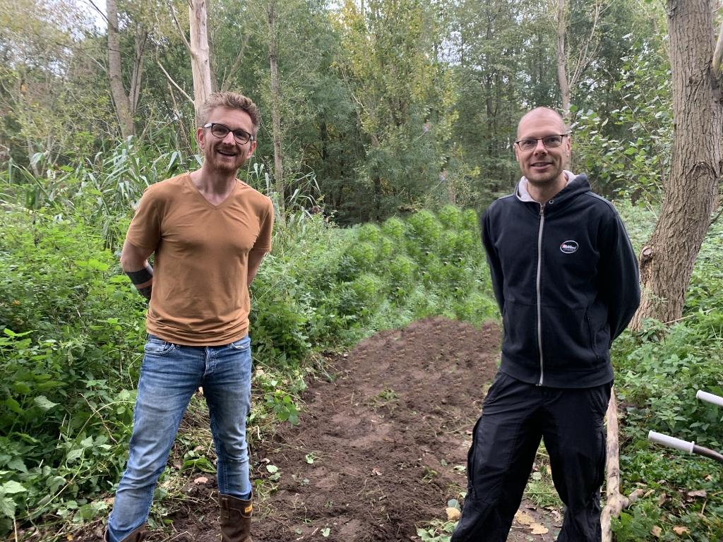 <p>Oprichters Berno ter Wal en Bart Bakker (in donkere kleding) in het Westerveldse bos</p> aangeleverd door Bart Bakker © brugmedia