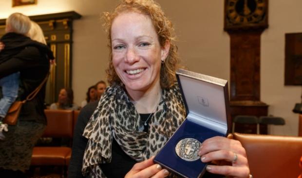 <p>Kirsten Wild in 2018 met de Erepenning van de gemeente Zwolle.</p>