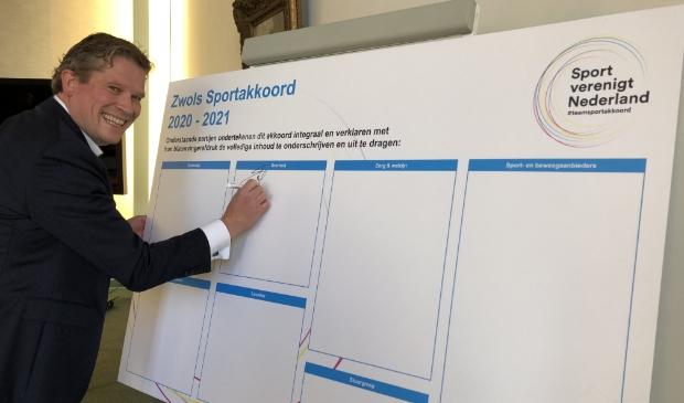 <p>Sportwethouder Rene de Heer ondertekent het Zwols Sportakkoord</p>