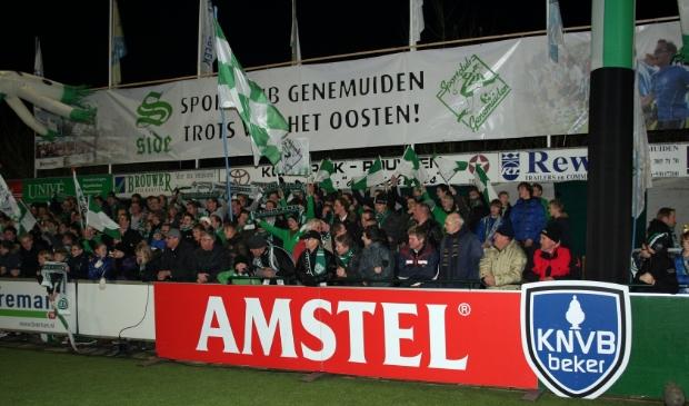 <p>Een van de volgepakte tribunes bij het bekerduel tussen Sportclub Genemuiden en FC Groningen.&nbsp;</p>