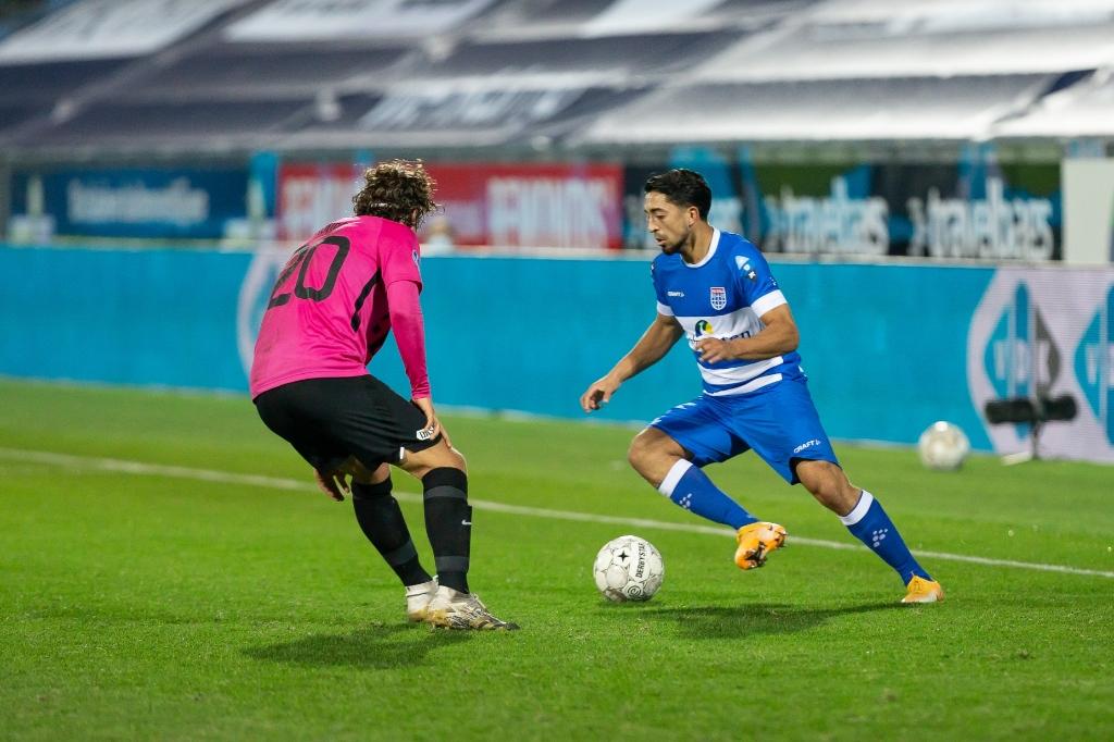 <p>PEC Zwolle - FC Utrecht. Immanuel Pherai tegenover Giovanni Troupee.</p> <p>Foto: Pedro Sluiter</p> © brugmedia