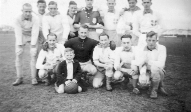 <p>Willem Lengton (links) met zijn 5e elftal van ZAC in het seizoen 1940-1941.</p>