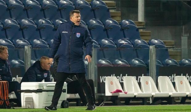 <p>Trainer John Stegeman dit seizoen bij een thuiswedstrijd van PEC Zwolle in een leeg stadion.</p>