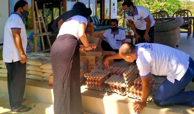 De voorbereidingen voor de eerste voedseluitdeling in Lovina, Bali