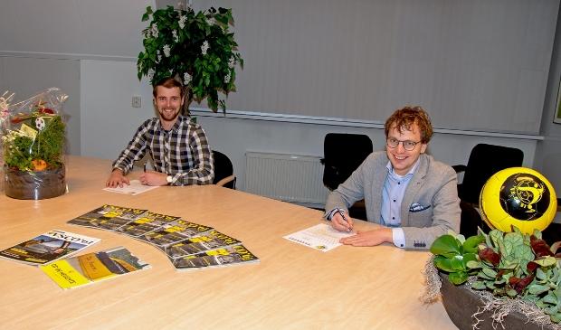 Sjoerd Kwakkel (l) en Arnoud van Guilik ondertekenen de nieuwe Stersponsorovereenkomst