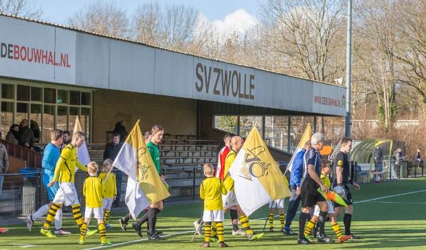 <p>Het eerste elftal van SV Zwolle betreedt het veld voor een competitiewedstrijd.&nbsp;</p>