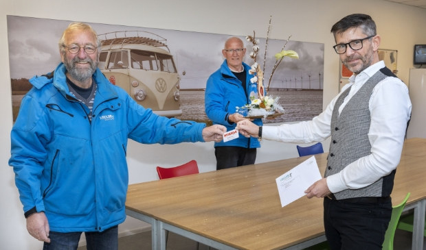 <p>Een archieffoto met voorzitter Albert Bleijenberg (links) en diens opvolger Piet Bleeker (midden).</p>