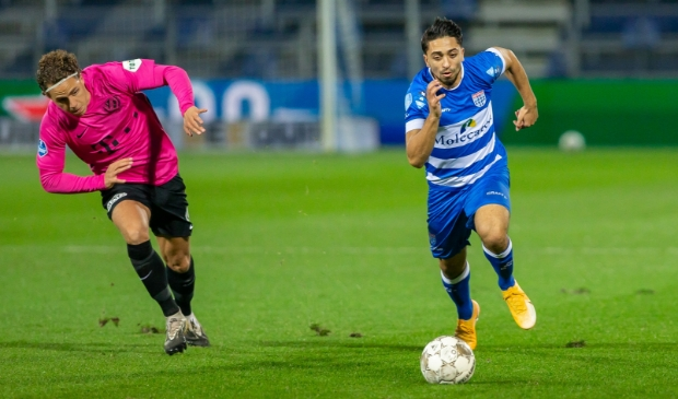 <p>PEC Zwolle - FC Utrecht. Immanual Pherai snelt langs Giovanni Troupee.</p>