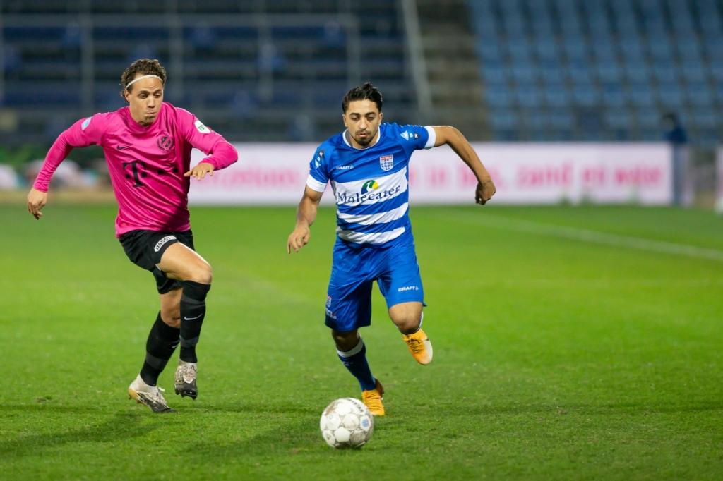 <p>PEC Zwolle - FC Utrecht. Immanuel Pherai snelt langs Giovanni Troupee.</p> <p>Foto: Pedro Sluiter</p> © brugmedia