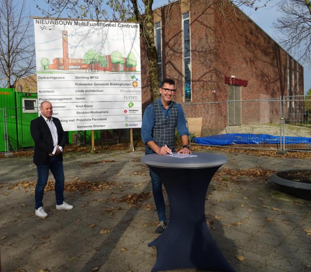 Erik Broekhuis en Henk Slump bij de ondertekening.