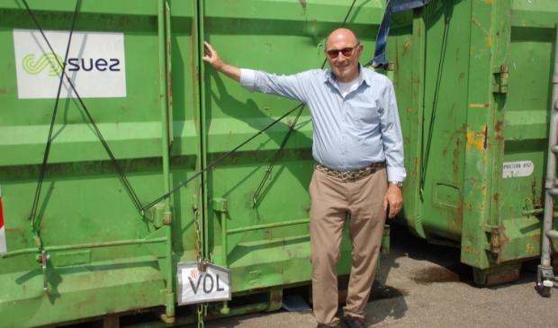 <p>Herman Wezenberg voor een volle container.&nbsp;</p>