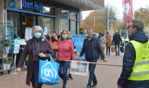 Abonnementenverkopers houden 1,5 meter afstand in winkelcentrum Suydersee.