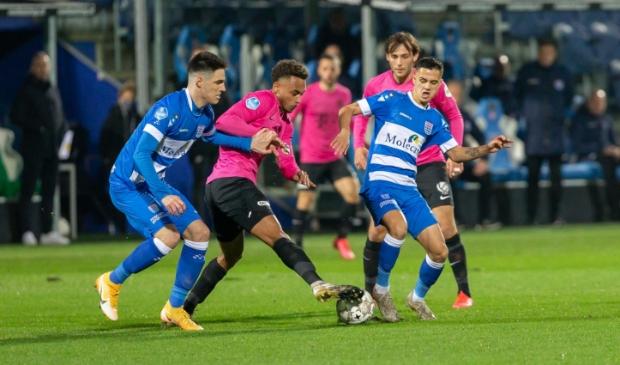 <p>Slobodan Tedic (links) en Eliano Reijnders dit seizoen in actie voor PEC Zwolle. Tedic kwam tegen Excelsior na 67 minuten in het veld voor Reijnders.&nbsp;</p>