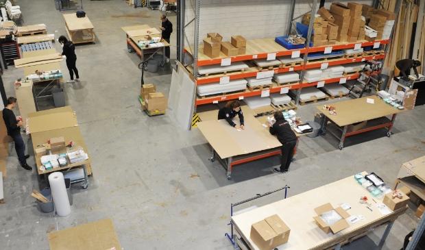 FOTO: Eén van de bedrijfshallen is heringericht voor de productie van plexiglas.