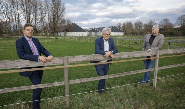 Wethouder Roelof Siepel, Hein Stooker van Trebbe Wonen en Gert Naber van Flevomanege (v.l.n.r.).