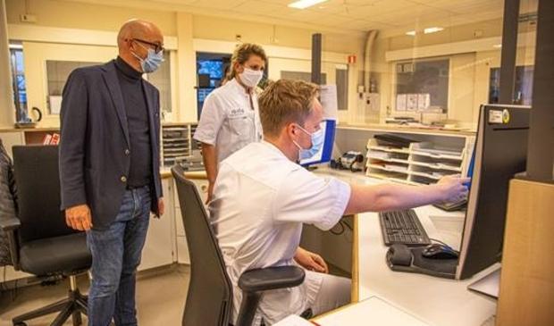 Huisarts Bert van Breemen (l) met Myrna de Man in het monitoringscentrum in Meppel.