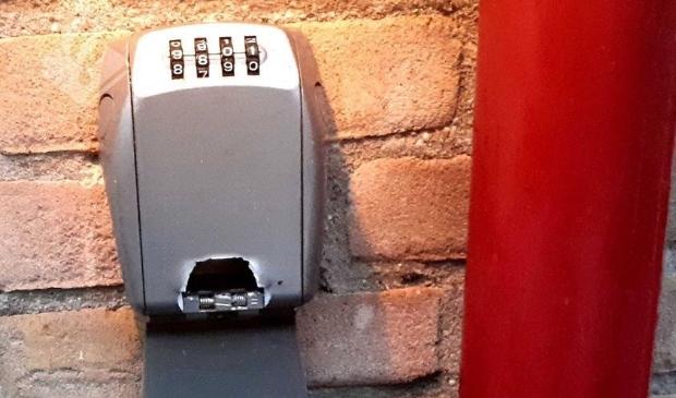 Opengebroken sleutelkastje